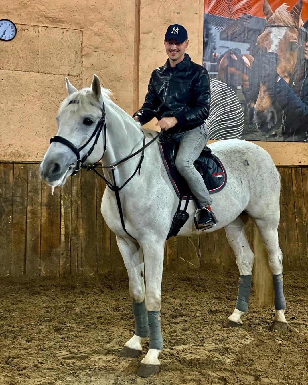 Роман Васильев на лошади.