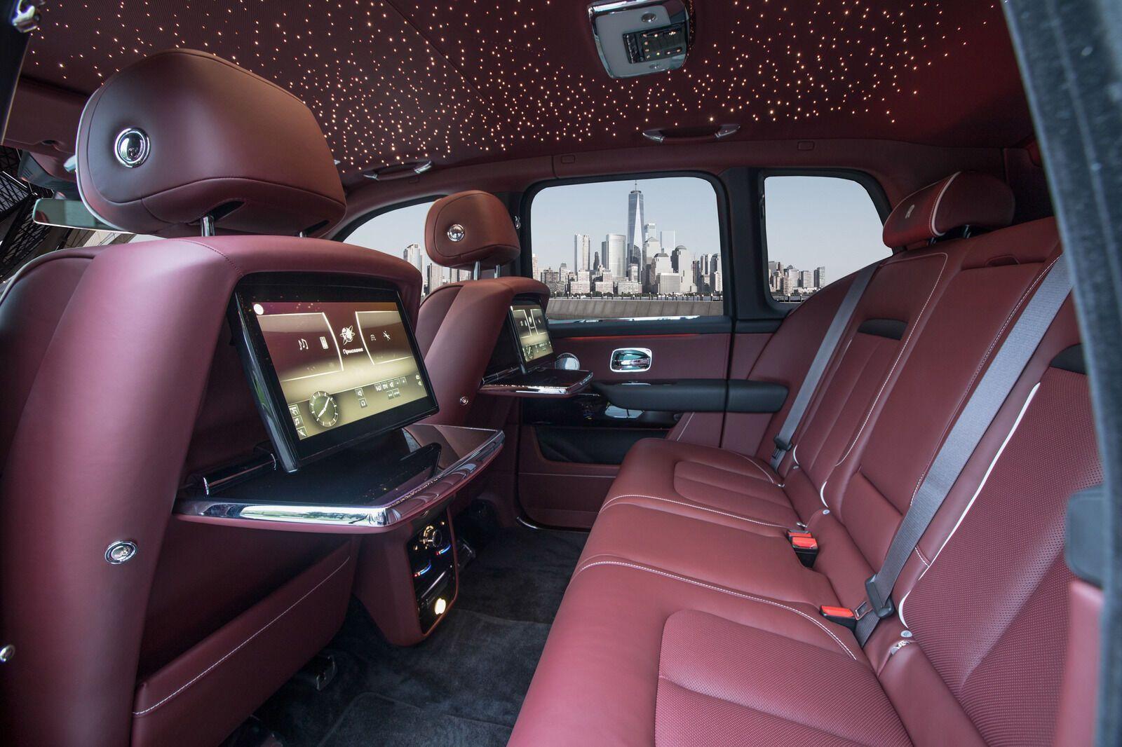 В списке опций может быть все, что предлагает Rolls-Royce, включая уникальную подсветку потолка в виде звездного неба