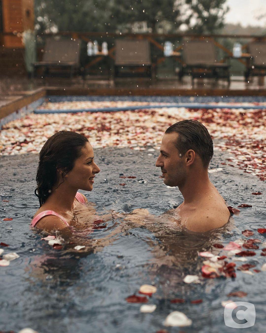 Роман и Злата в бассейне с лепестками роз.