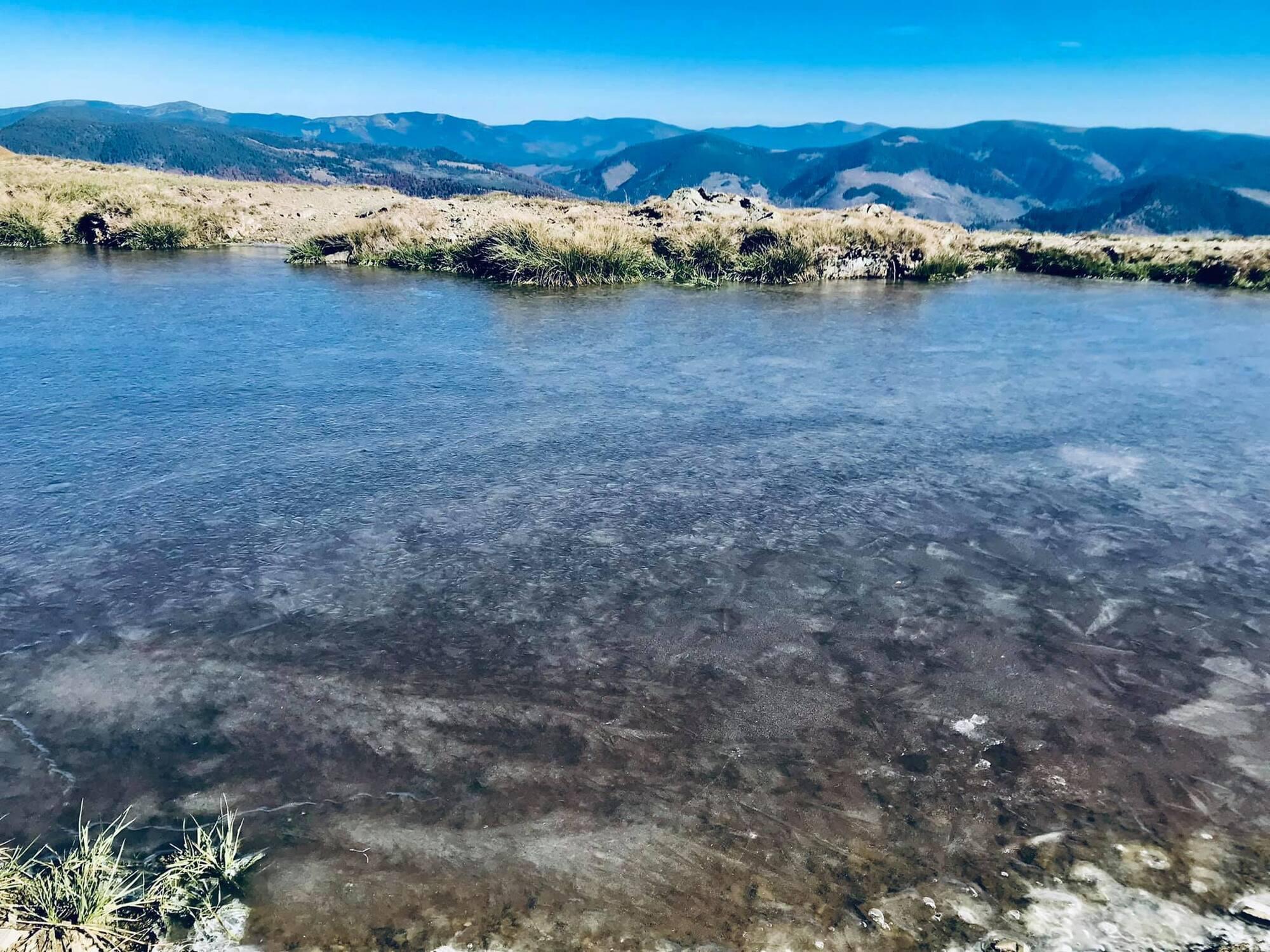 Замерзшее озеро в Карпатах