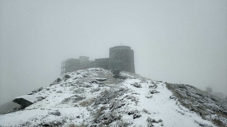 На горе Поп Иван снова заснежило
