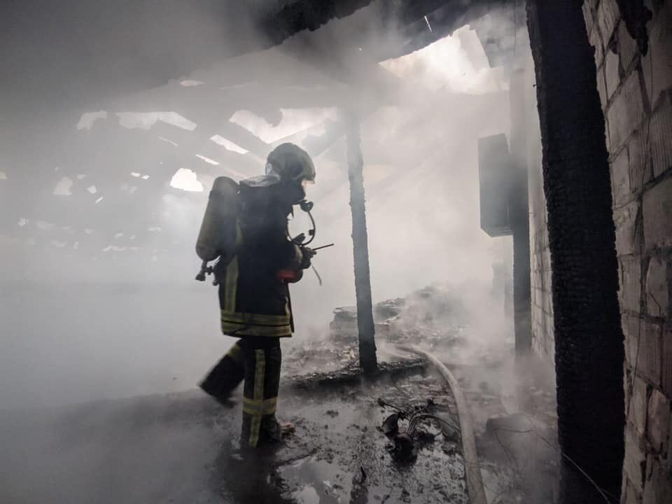 Спасатели оперативно приступили к тушению пожара.