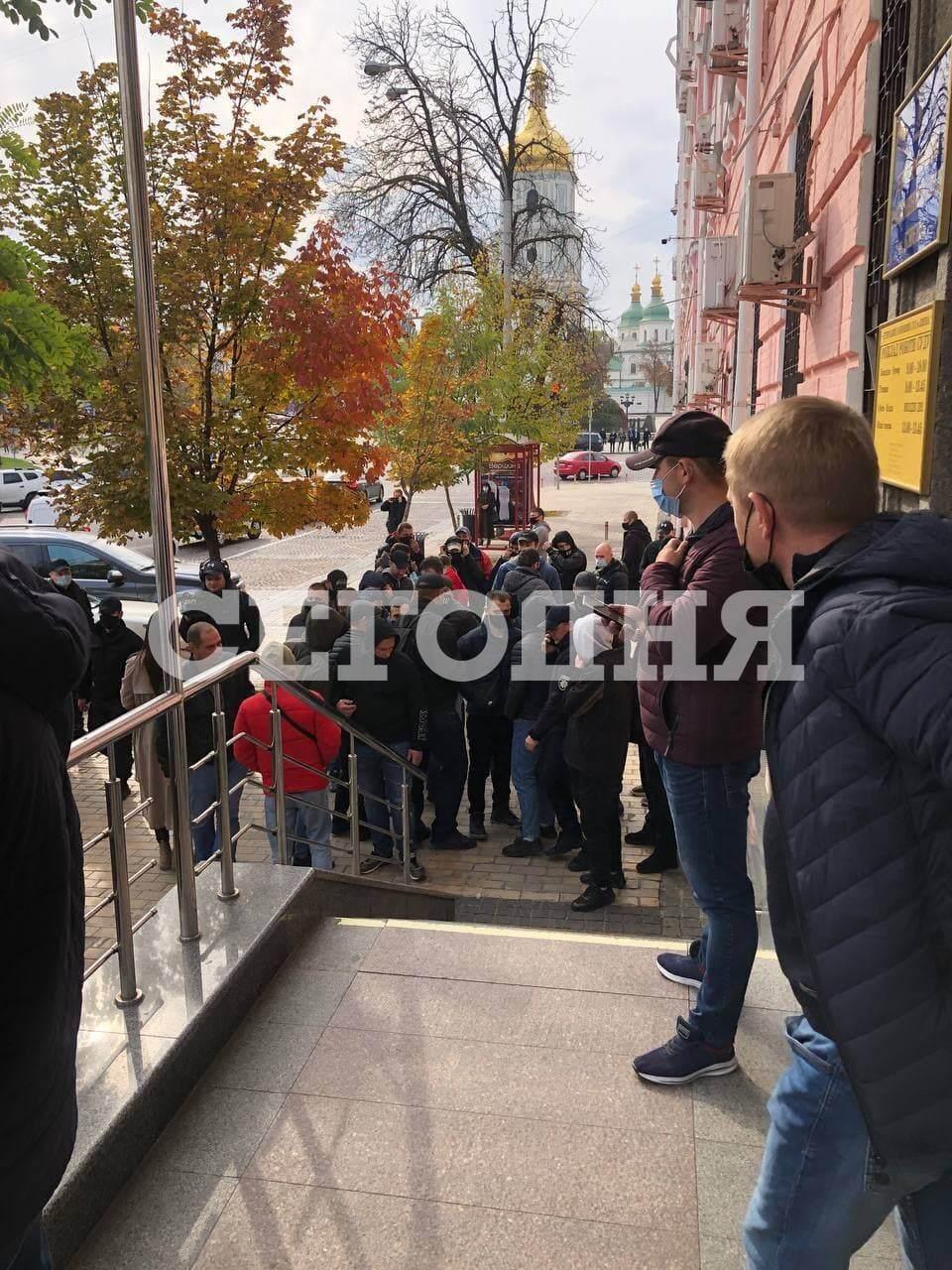 Група людей перед будівлею суду