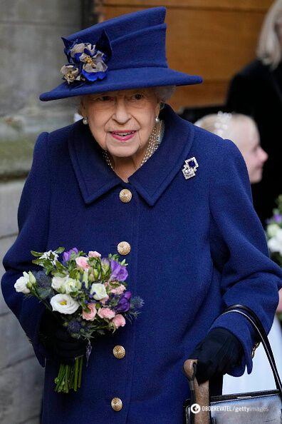 Королева Єлизавета II в синьому пальті.