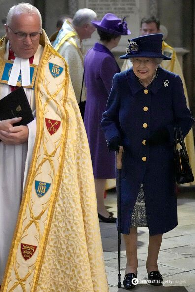 Королева Єлизавета II з тростиною.