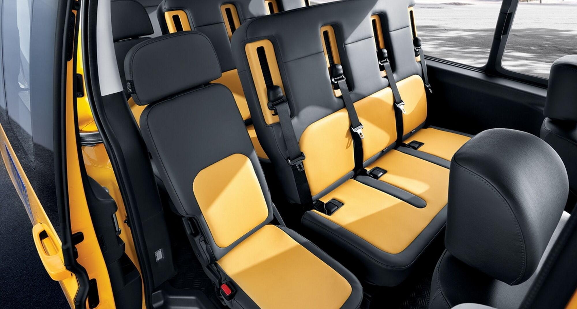 Для перевозки более крупной группы детей создана уникальная 15-местная версия с узкими сиденьями с высокими спинками