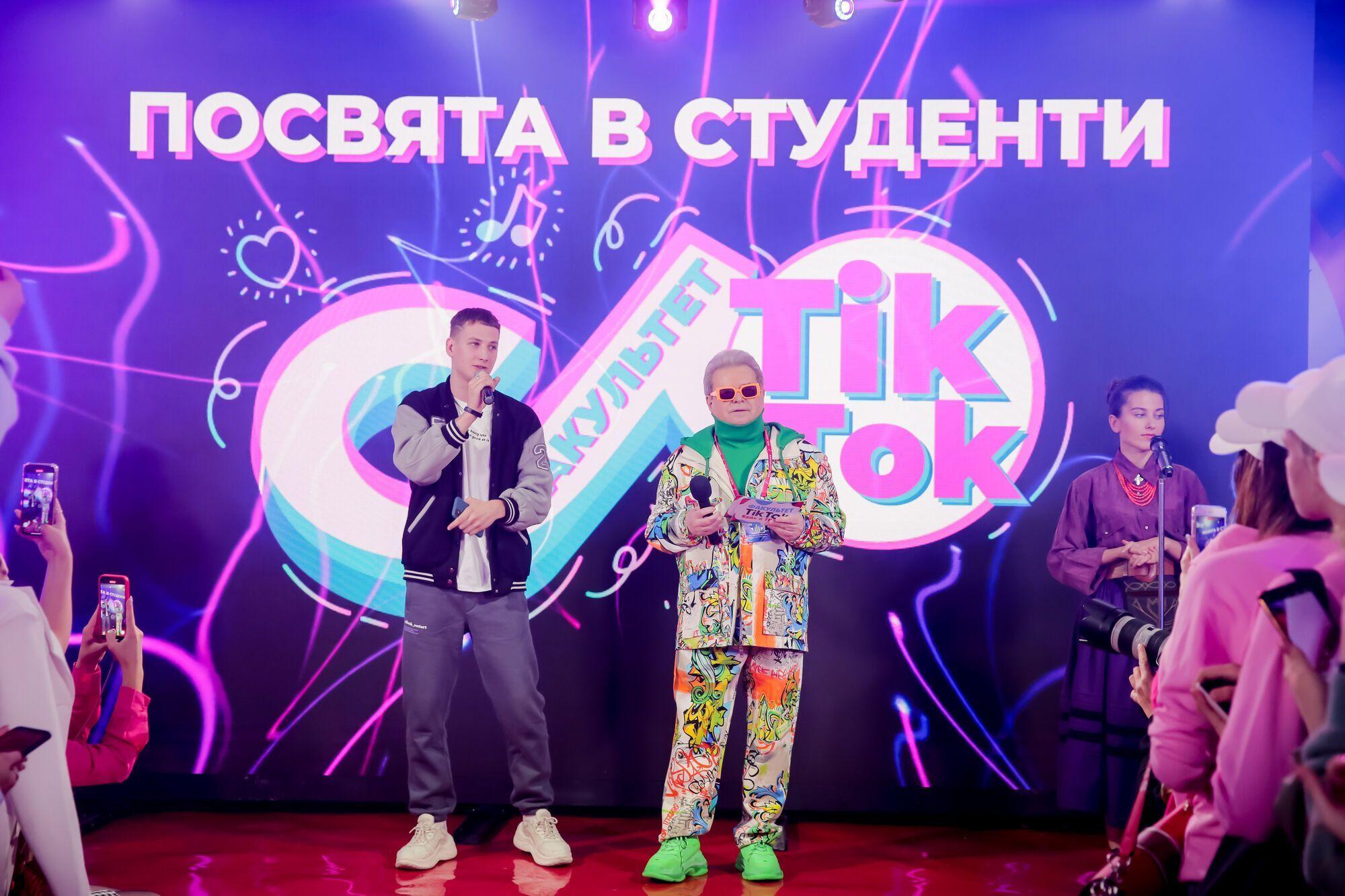 Поплавський вручив студентські квитки майбутнім тіктокерам
