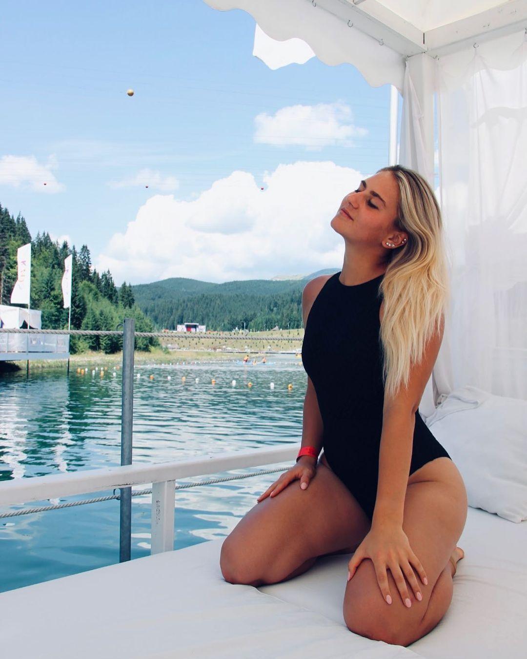 Марта Костюк в купальнике.