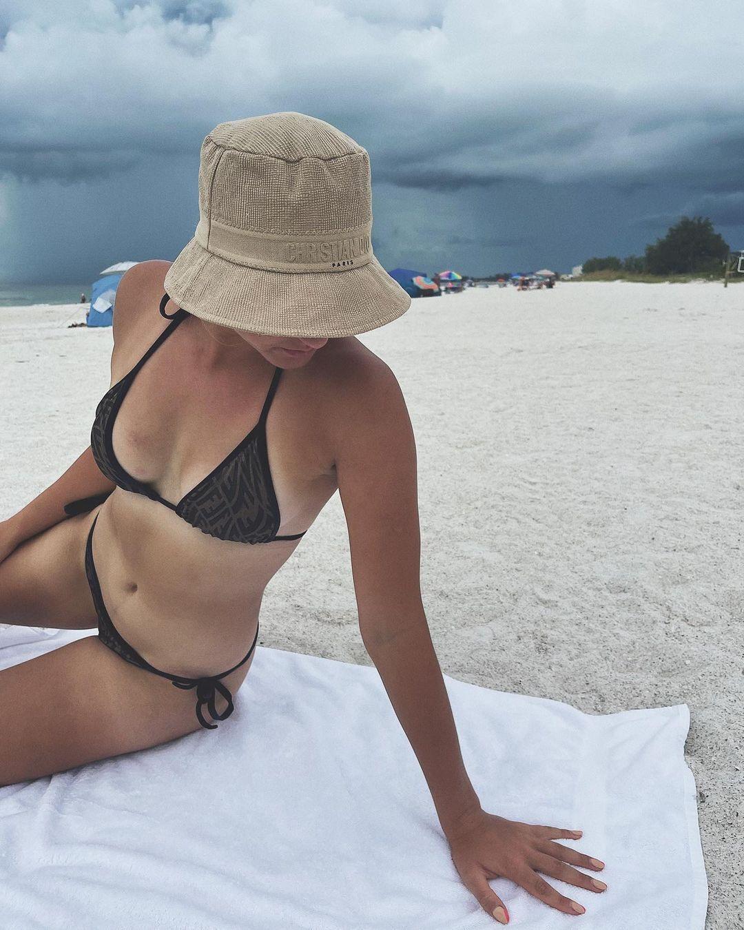Марта Костюк на пляже.