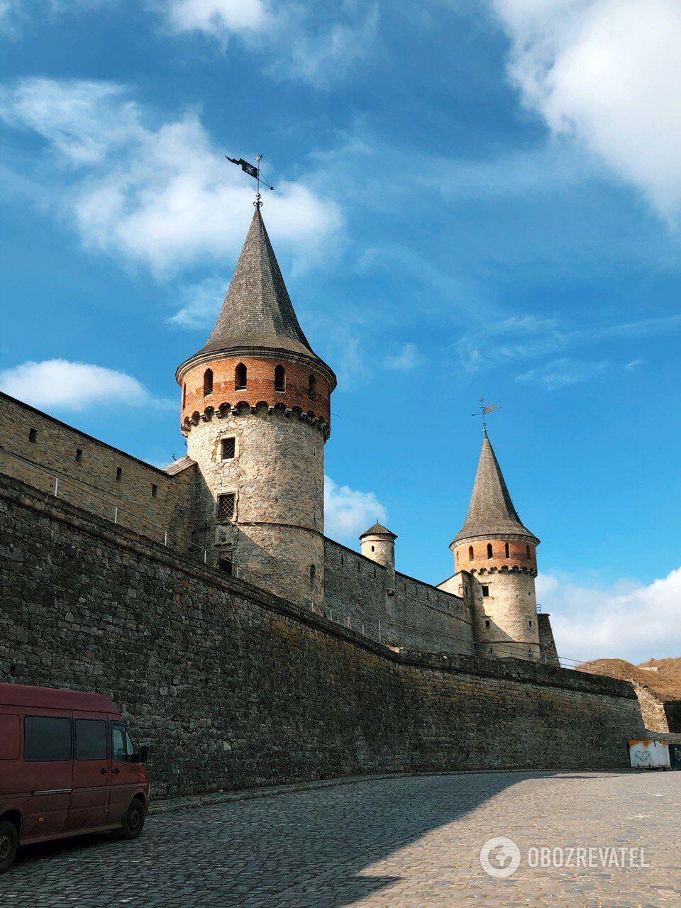 Крепость имеет 11 башен.