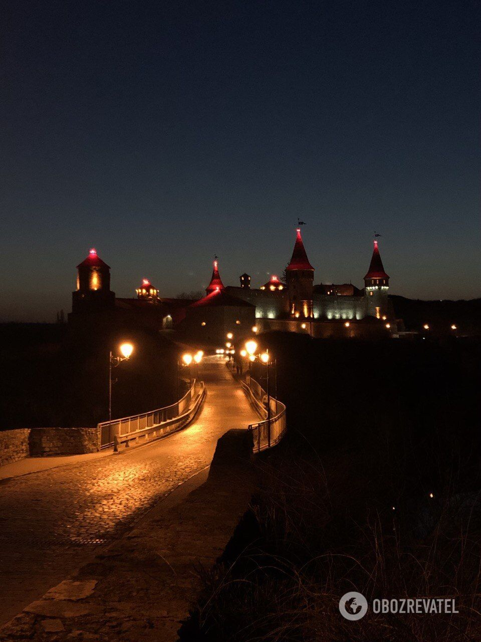 Особенно красива крепость ночью.