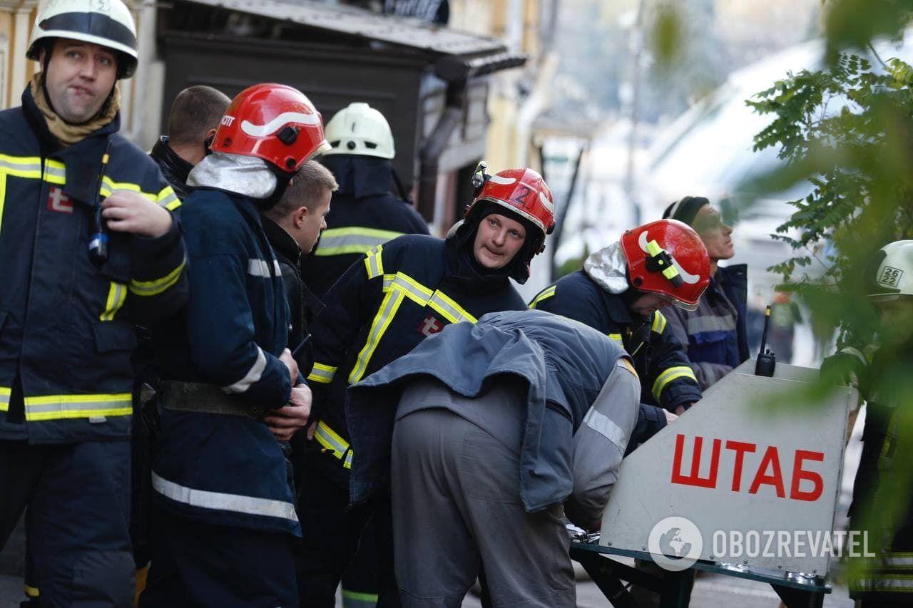 Спасатели на месте пожара.