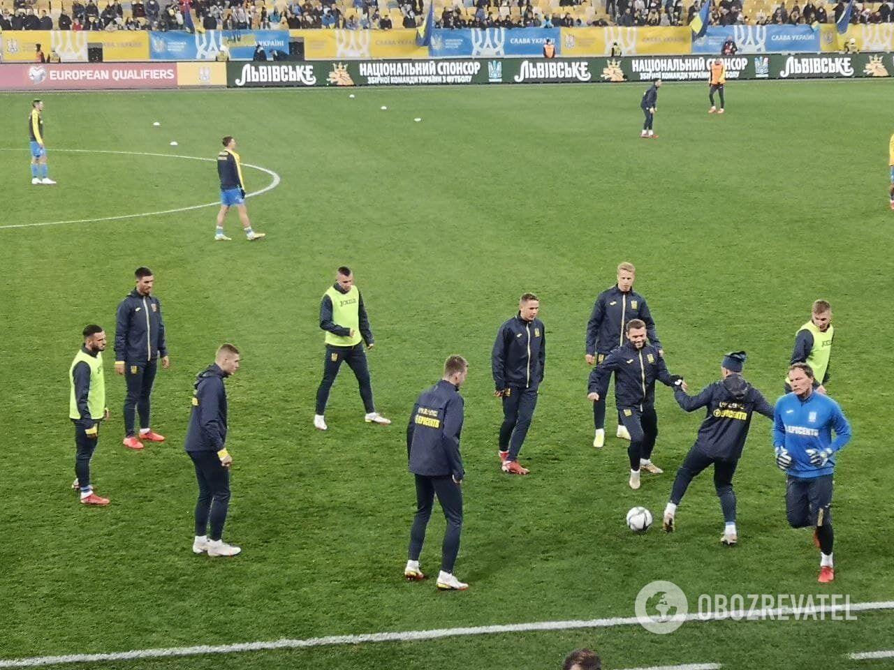 Игроки сборной Украины перед матчем на поле.