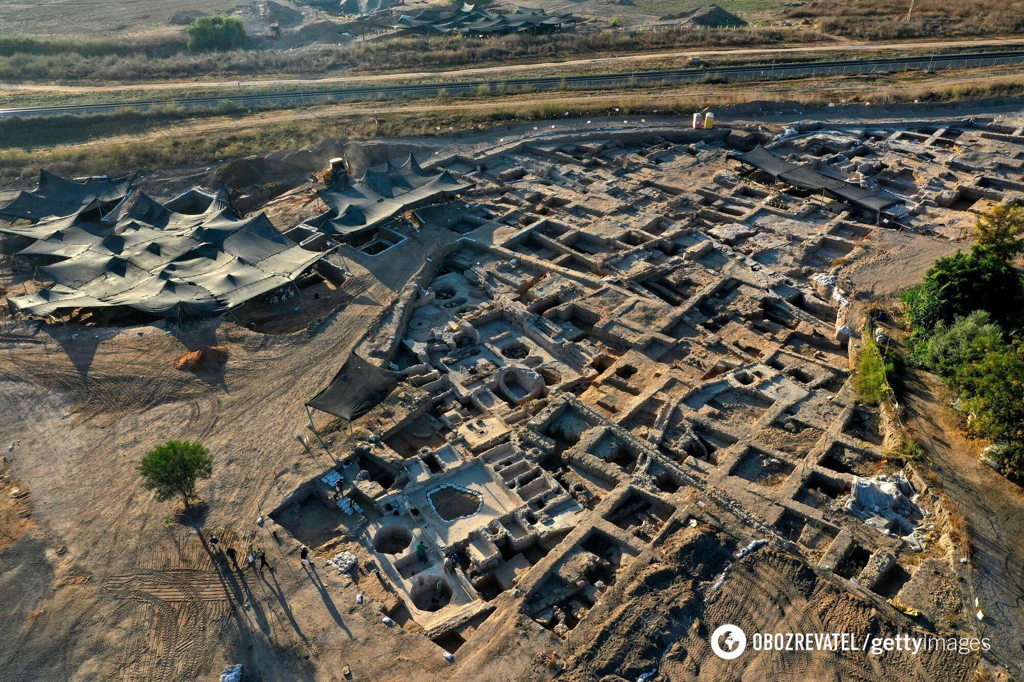 На месте раскопок нашли 5 прессов для изготовления вина, много складов, ям для брожения напитка.