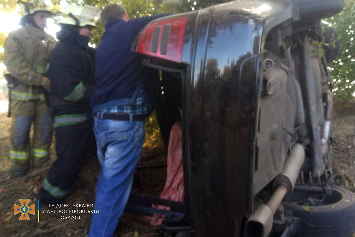 41-летнюю женщину и 18-летнюю девушку вытащили из авто и госпитализировали