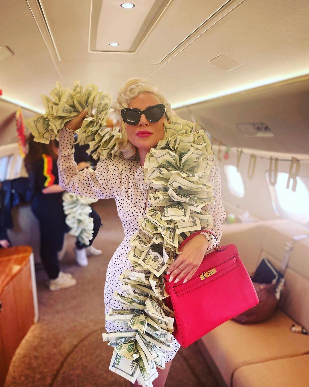 """Леди Гага в """"денежном шарфе""""."""
