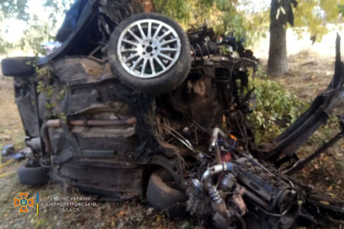 В момент столкновения 18-летнего пассажира выбросило на обочину