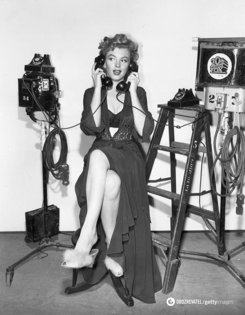 """Мэрилин Монро в нижнем белье на съемочной площадке """"Лисы ХХ века"""", 1956."""
