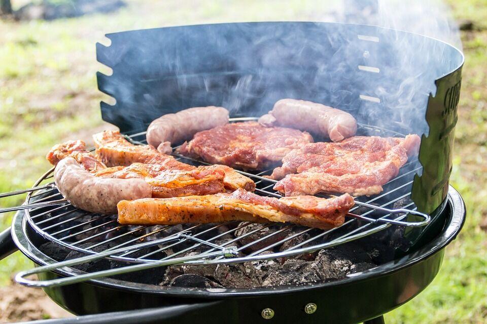Усилить вкус мяса можно с помощью различных техник обжаривания на огне