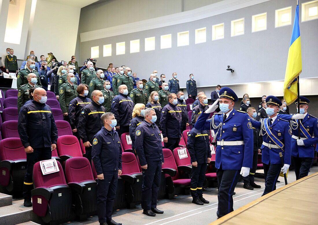 52 спасателя, полицейские, гвардейцы, пограничники и миграционники получили награды от министра