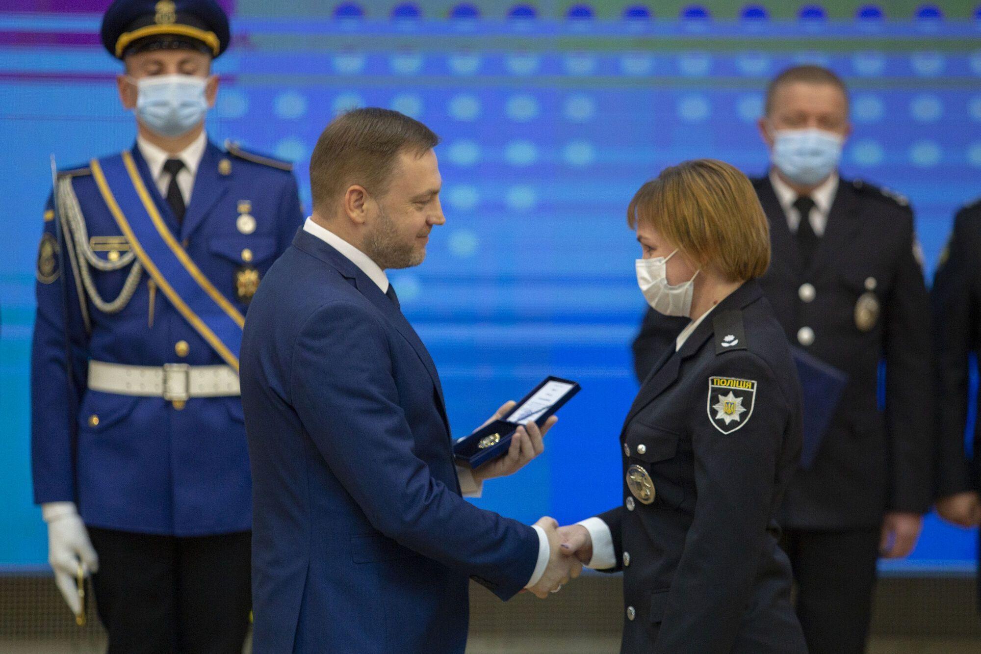 Министр вручил награды военным