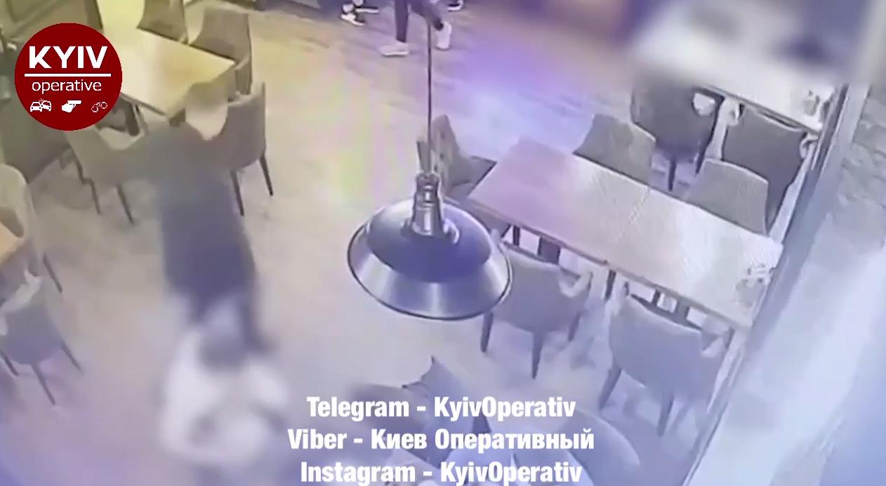 Поляков залишає кафе.
