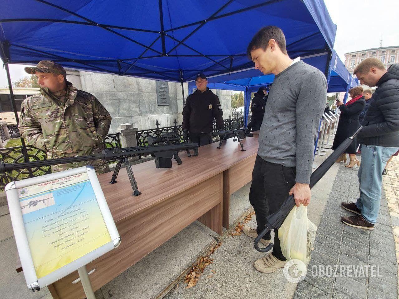На выставке представлено оружие разных видов.
