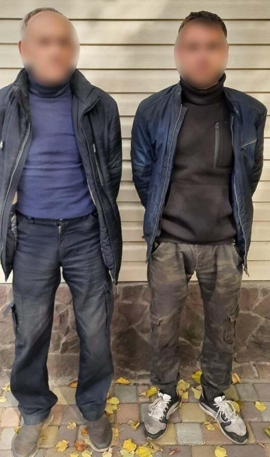 Нападали на правоохоронців двоє чоловіків, один із них схопив вила.