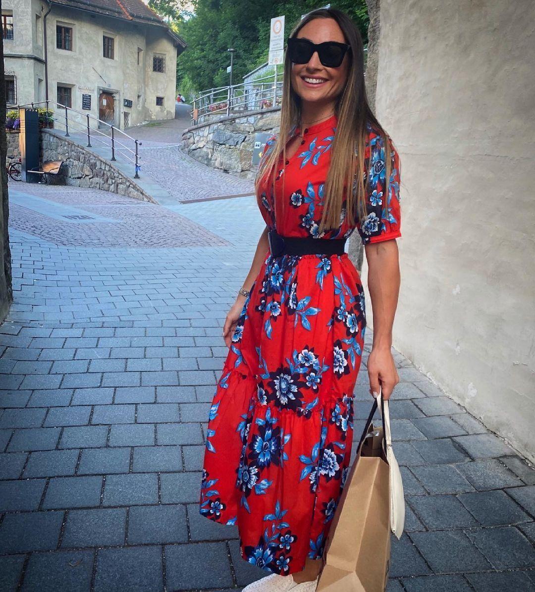Доротея Вирер в красном платье.