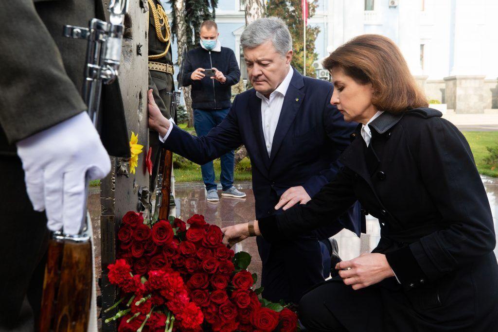 Здесь ежедневно вспоминают воинов Вооруженных сил, погибших в день ритуала, начиная с 1992 года, в боях за Украину