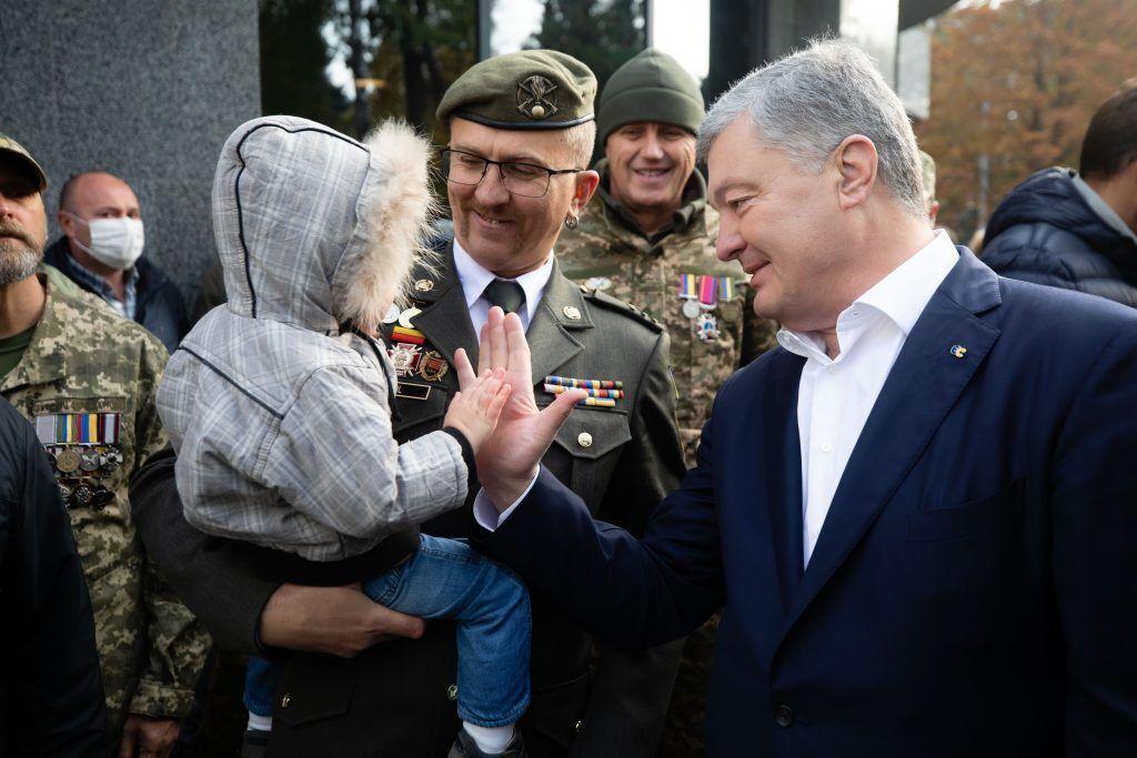 Порошенко поздравил защитников Украины с праздником