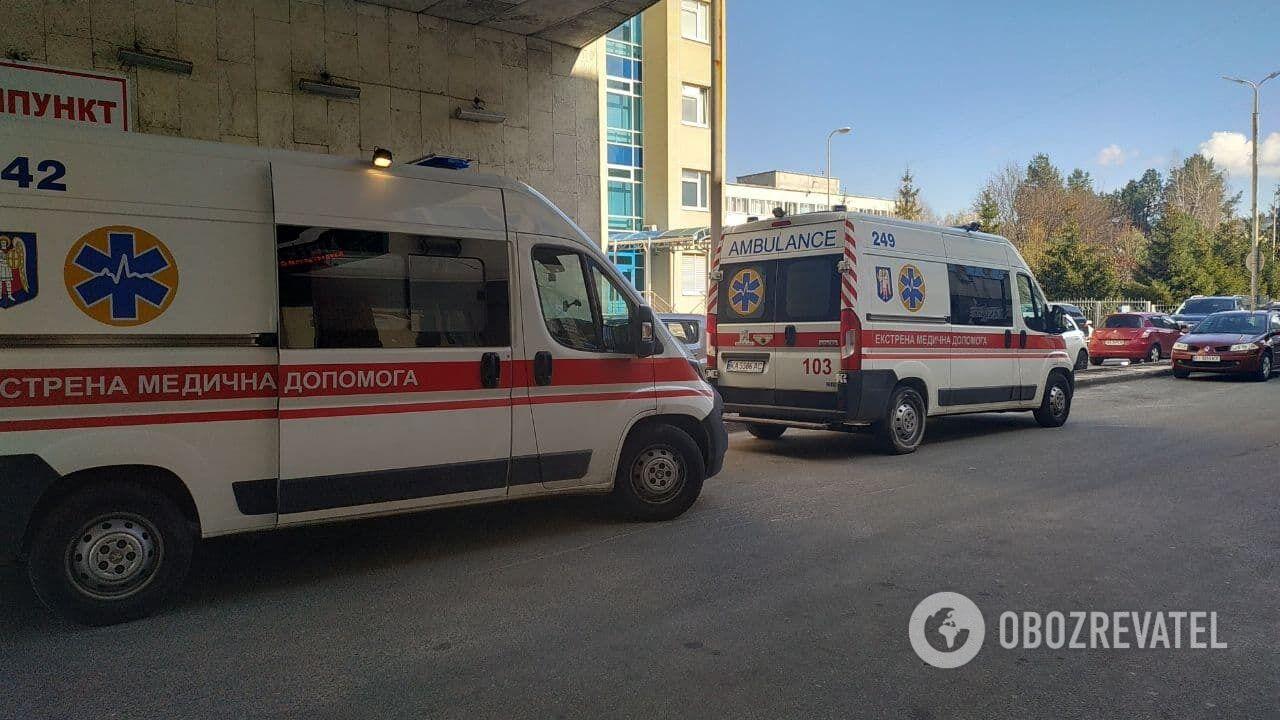 До лікарні швидкої допомоги везуть жертв злочинців