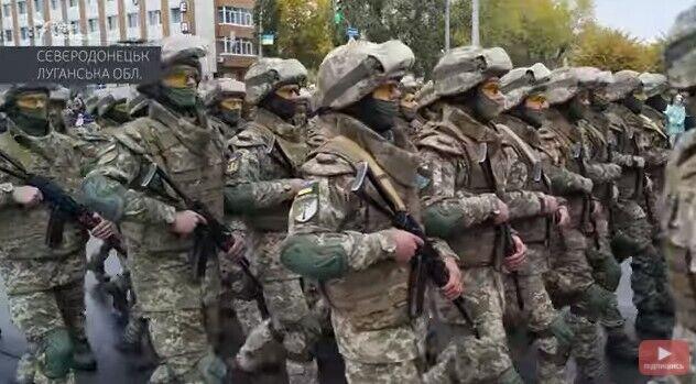 По центральной улице города шагали более тысячи военнослужащих