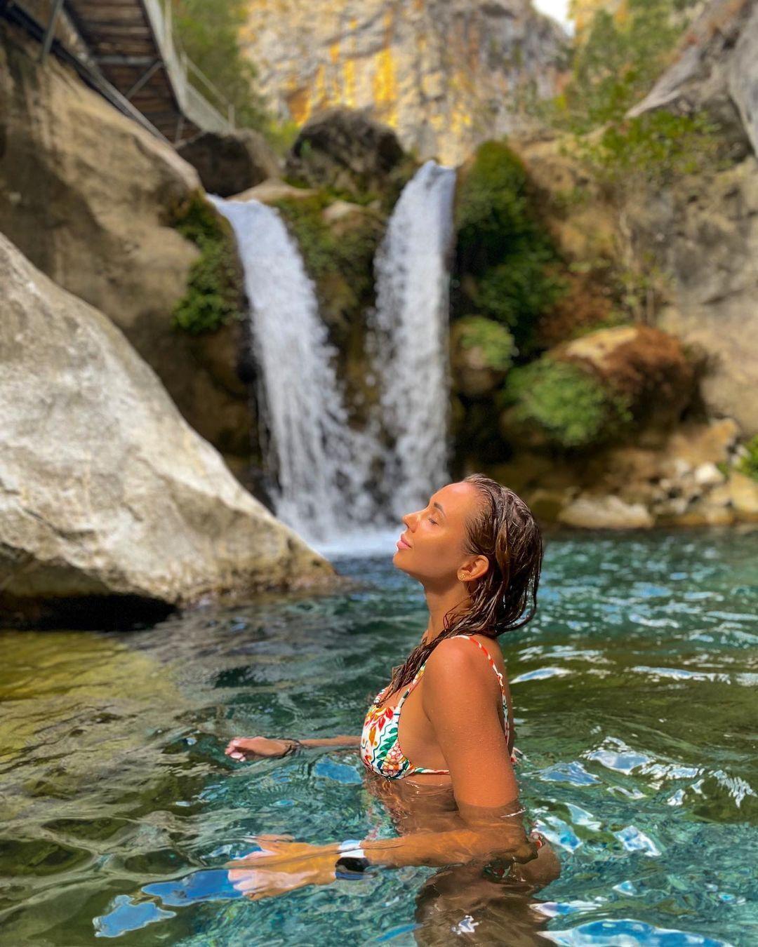 Алина Шинкаренко перед водопадом