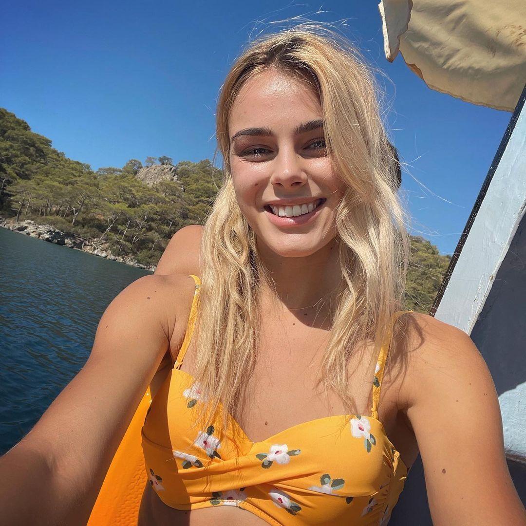 Юлия Левченко на море в купальнике.