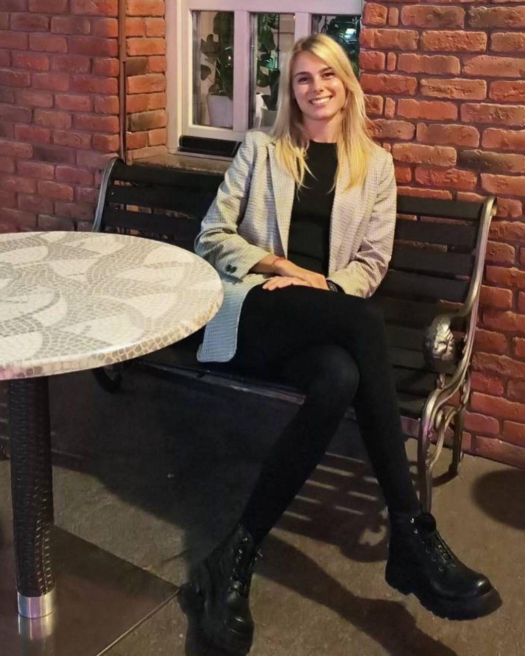Юлия Левченко в пиджаке и ботинках.