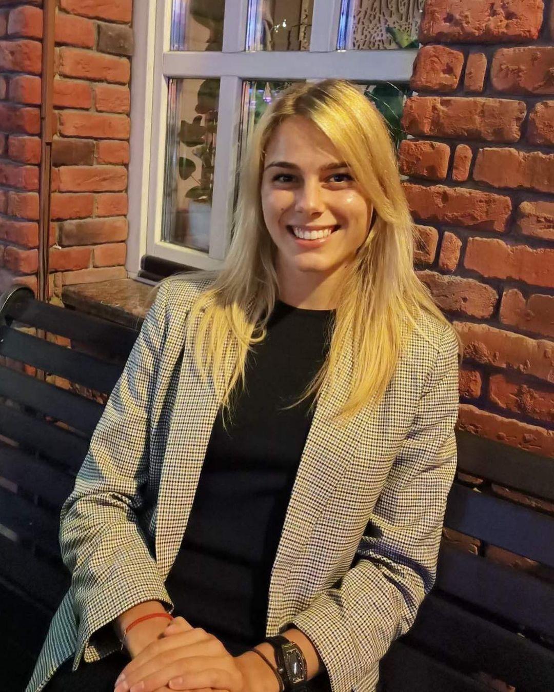 Юлия Левченко в пиджаке.