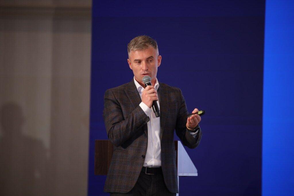 Олександр Новіков.