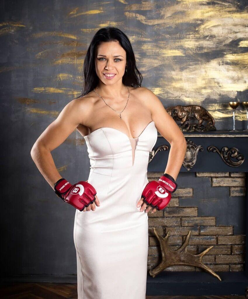 Елена Овчинникова в белом платье