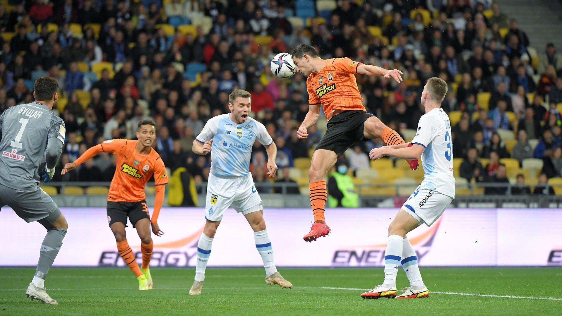 Тарас Степаненко едва не открыл счет ударом головой.