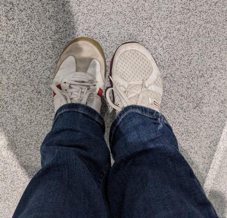 Мужчина перепутал кроссовки.