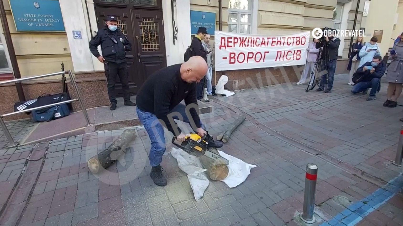 Активисты использовали бензопилу