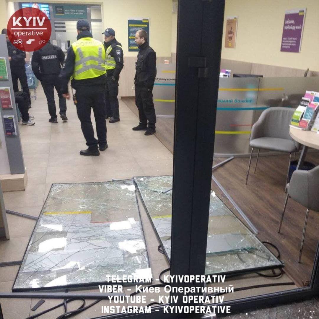 Злоумышленник сломал двери в помещение.
