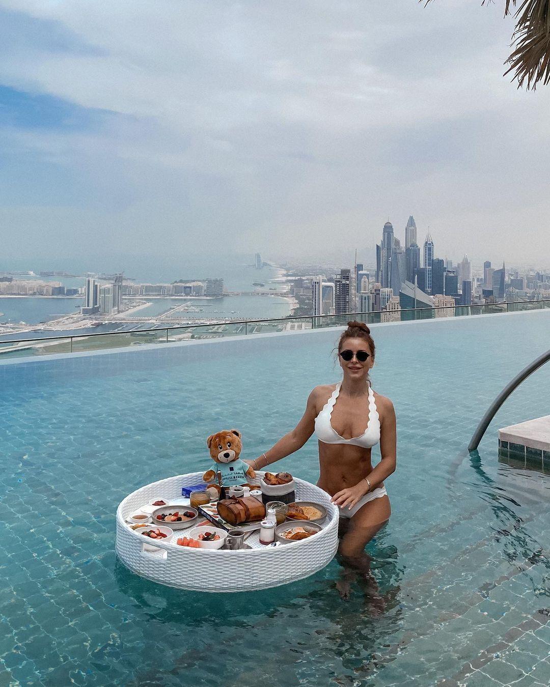 Ани Лорак в бассейне в Дубае.