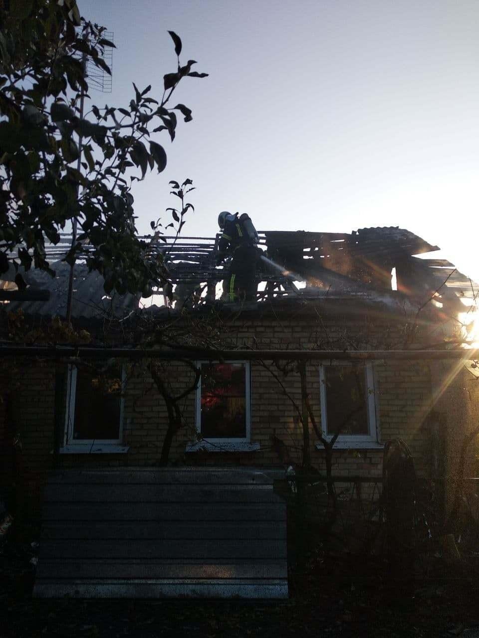 Крыша здания обрушилась внутрь.