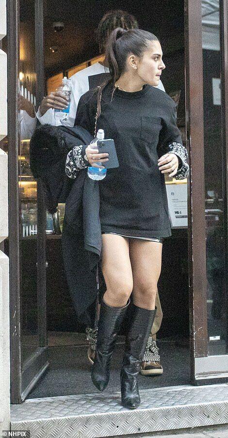 Мария Гвардиола выходит из кафе