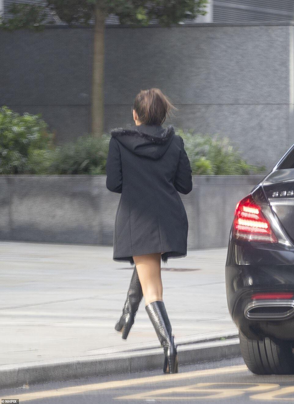 Мария Гвардиола идет к машине