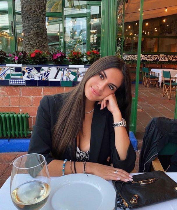 Мария Гвардиола в кафе