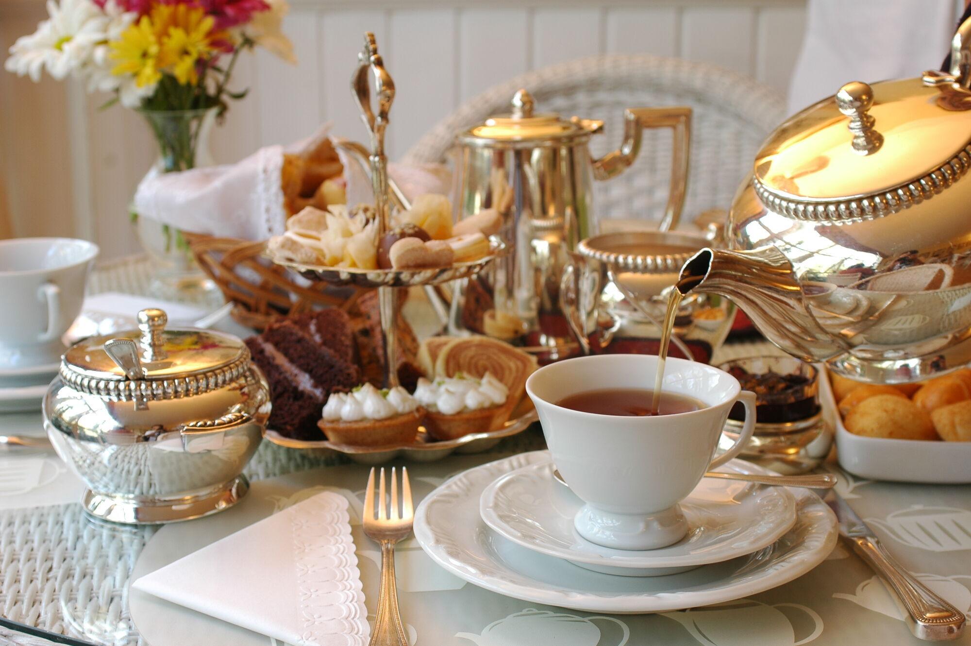 Королева полюбляє пити чай за англійським часом
