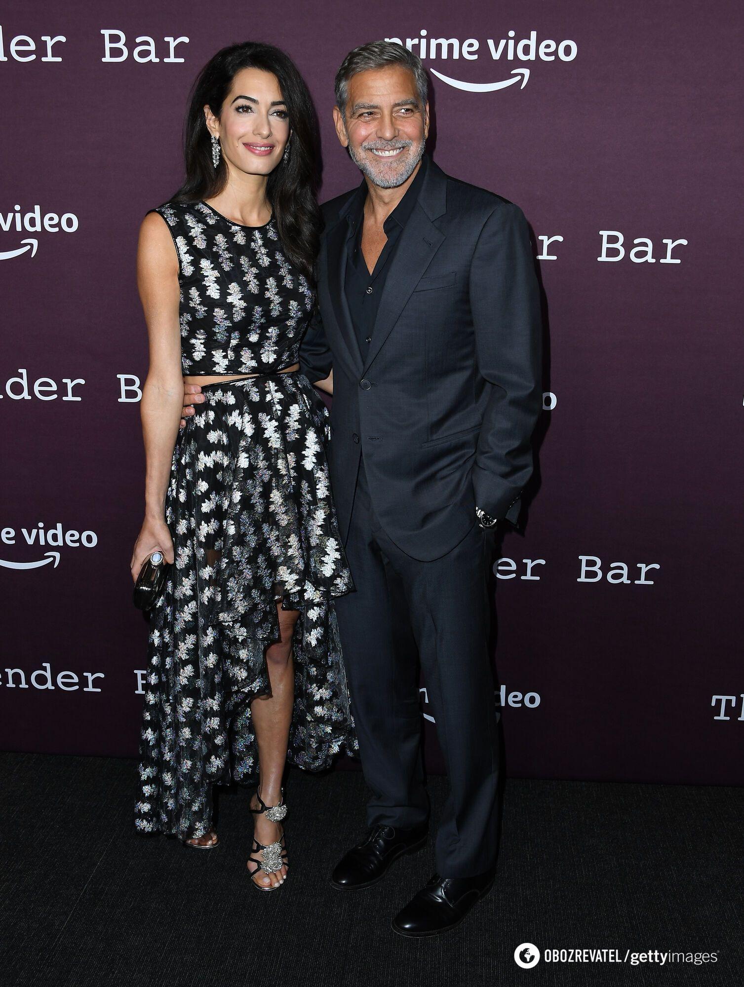 Амаль Клуні та Джордж Клуні позують фотографам в стильних образах